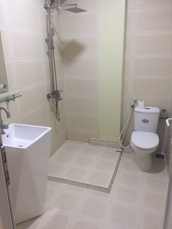 Nhà tắm trong nhà nghỉ bình dân đấy các bạn ạ