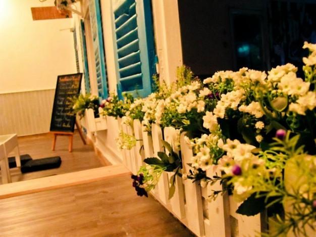 Không gian nhiều hoa, màu sắc ấm áp, quán cà phê X-Friends