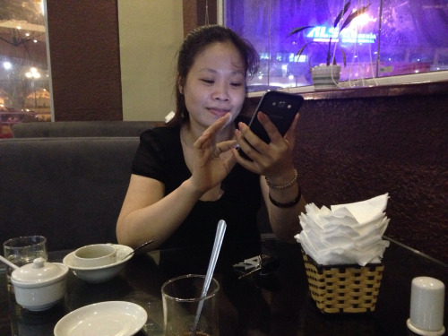 Dành thời gian uống cafe nhưng cũng không thể dời bỏ điện thoại