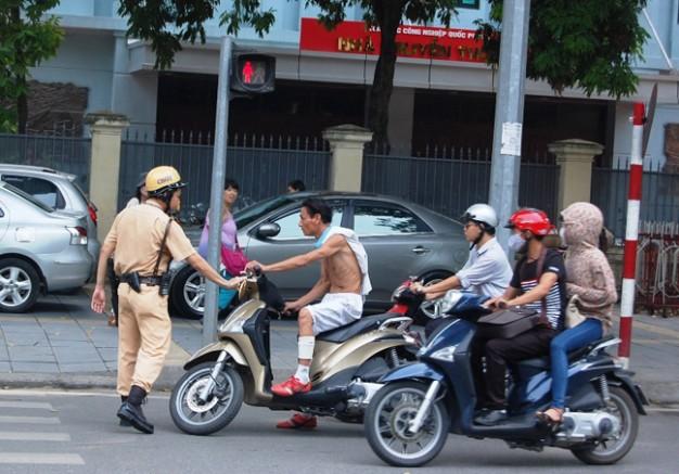 Cảnh sát giao thông đang dừng người điều khiển phương tiện vi phạm