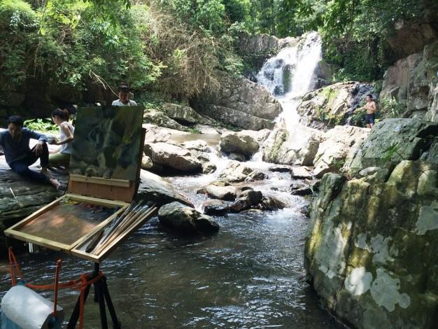 Người nghệ sĩ sơn dầu đang say mê sáng tác bên cạnh thác Thùm Thùm