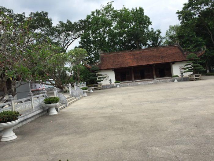 Quần thể 3 ngôi chùa có sân rất rộng, là nơi trưng bày các di chứng lịch sử