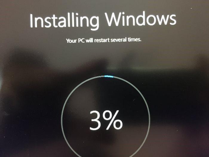 Windows 10 sẽ tự động cài đặt lại và mất kha khá thời gian