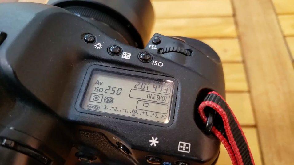 Máy ảnh Canon 1D mark iii trên tay
